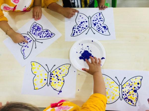 Sanat Etkinligi Parmak Boyasi Kelebekler Sadan Dogan Anaokulu